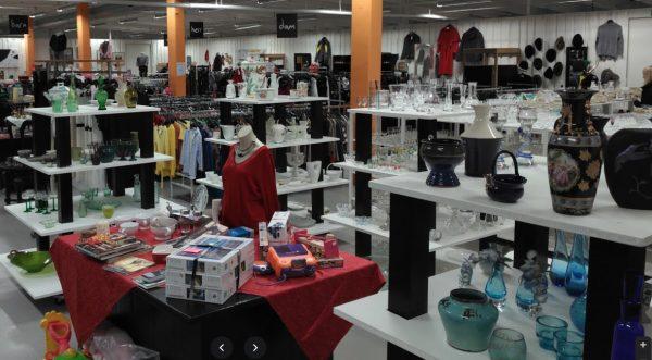 Många fina ting, kläder, skor, väskor, glas och porslin, husgeråd, e-artiklar